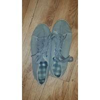 Кроссовки спортивные. Серого цвета на шнурках. Размер стопы 36. Размер стельки 23,0 см