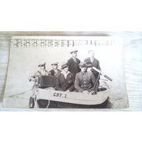 Группа весёлых поляков совершающих лодочную прогулку.