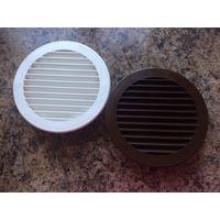Две решетки вентиляционные, круглые. Пластик, цвет коричневый и белый. Диаметр внутреннего круга 12 см, диаметр внешнего круга 15 см. Б/у два года. Хорошее состояние. Цена указана за штуку.
