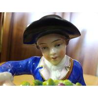 """Статуэтка фарфоровая """"Мальчик с цветами"""" 15 см."""