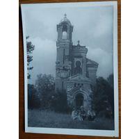 Поселок Мир. Фото у часовни-усыпальницы. 1960-70 г. 13х18 см