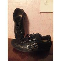 Фирменные кроссовки Dolce & Gabbana на 38-38,5 р, оригинал. носила совсем мало, не ношу почему-то спортивную обувь. обмен не интересует.  Посмотреть можно в районе ст. метро Фрунзенская.  Кроссовки ор