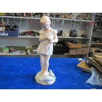 Старая статуэтка Девочка кормит голубей. Модельный гипс, Кунгурский ЗХИ, 26 см.