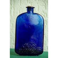 Бутылка , штоф  . Синее стекло   ( высота 17,5 см , ширина 10,5 см , толщина 3 см )  целая