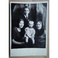 Фото семьи Уточкиных. 1941 год.  9х13 см