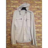 Стильная мужская рубашка на 50-52 размер, отличное качество, покупали за границей, приятный на ощупь плотный материал. В воротник прячется капюшон, качественная фурнитура. Длина 72 см, длина рукава