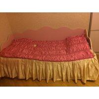 Покрывало с юбкой на кровать, на резинке. Длина юбки 41 см, размер матраса 200 на 90 см.