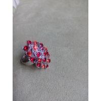 Кольцо с красными камушками