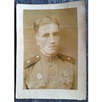 Фото военного с медалью. 1950 г.