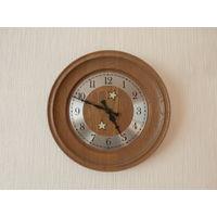 Часы настенные кварцевые корпус из дуба Германия диаметр 27.5 см., рабочее состояние.