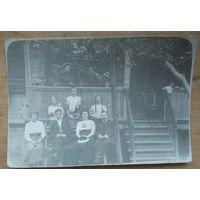 Семейный портрет возле веранды. Фото 1917 г. 8х11 см.