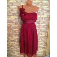 Стильное коктейльное платье на 44 размер, очень красиво смотрится, стильное и эффектное. Состояние нормальное в целом, есть небольшой дефект около замка сбоку, виден на фото, но там даже подшивать не