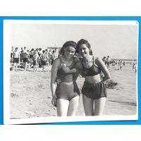 Фото двух девушек на пляже. Начало 1950-х. 9х12 см