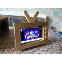 Оригинальный деревянный футляр для гаджетов в форме маленького винтажного телевизора.