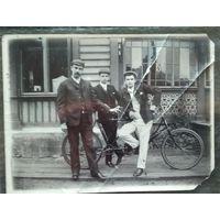 Фото мужчин с велосипедом-тандемом. 1904 г. 9х12 см