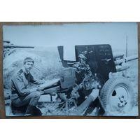 Фото солдата-артиллериста у орудия. 1960-70-е. 9х13 см.