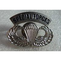 Знак парашютиста специальных сил США.
