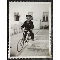 """""""Моряк"""" на велосипеде. Фото 1950-х. 8.5х11.5 см"""