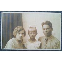 Фото семьи Даниленко. 1937 г. 8х12 см.  (Из фотографий семьи Виноградовых)