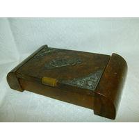 Старенькая деревянная шкатулка с серебряными накладками.