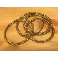 Стильный набор браслетов, 6 см в диаметре. Не носила, очень стильные. Цвет под золото.