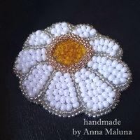 """Брошь-цветок ручной работы """"Ромашка"""" из бисера и натуральной кожи"""