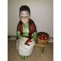 Статуэтка фарфоровая. Бабушка на лавочке с корзиной яблок.