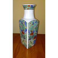 Японская фарфоровая четырехгранная ваза 1960-х  годов . Высота 25 см.