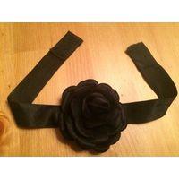 Красивый стильный чекер с цветком, цвет черный, длина регулируется (на липучке), ширина 3 см, диаметр розы 8 см (роза пристегивается булавкой). Хорошее состояние.