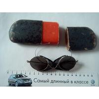 Винтажные солнцезащитные очки с боковыми сеточками в твердом футляре,оправа латунь,серебрение,ушки-спирали.Конец XIX-го века.