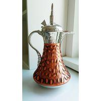 Традиционный кофейник-термос даллах - символ арабского гостеприимства