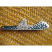 Украинская заколка для галстука  из  СССР (украинец с народным музыкальным инструментом на фоне  лодки).