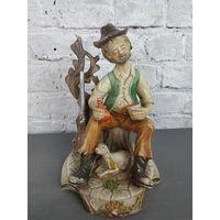Статуэтка Старый охотник на привале с рюмкой и ружьем Capodimonte Италия