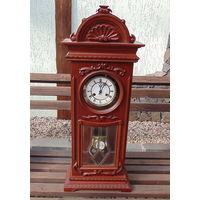 Старые каминные часы в деревянном корпусе.