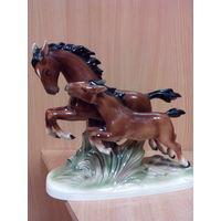 Фарфоровая статуэтка -лошадь с жеребенком -германия