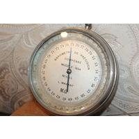 Тяжёлый барометр в металлическом корпусе 1934 года, номерной, не работает.