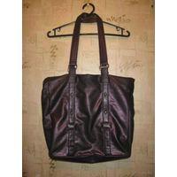 Фирменная сумка Telly Weijl, Красивого фиолетового цвета, интересной отделки, типа потрескавшейся ткани. Хороший размер, вместительная отлично поместится или папка формата А4 или ноут, размер 41 на 45