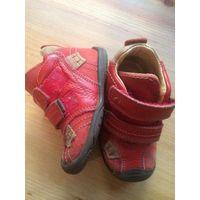 Красные ботинки 22 размера из натуральной кожи. Удобные и красивые. Стельку достать не могу, ориентируйтесь на замеры длины по подошве (16 см). Хорошее состояние.
