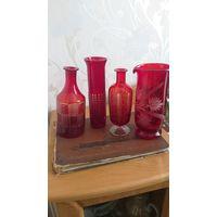 Красивая ретро посуда из красного стекла.