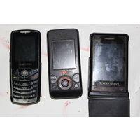 Старые мобильники. слева и  справа рабочие.