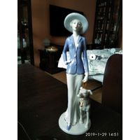 """Фарфоровая статуэтка""""Дама на прогулке с собакой""""."""