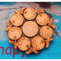 Красивая деревянная подставка под чашку с горячим кофе или чаем.