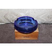 Пепельница времён СССР, толстое, синее стекло, диаметр 14.5 см., мелкий скольчик по внешнему краю.