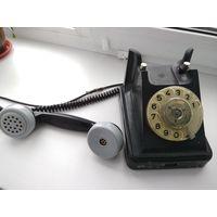 Старый телефонный аппарат в карболитовом корпусе