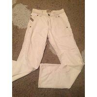 Светлые мужские джинсы на 44-46 размер. Длина 105 см, ПОталии 36 см, ПОбедер 53 см. Джинсы в идеальном состоянии. Есть небольшое пятно в самом верху, не бросается в глаза.