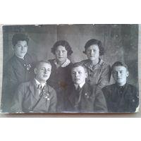 Фото группы молодежи со знаками ОСОАВИАХИМ. 1930-е. 9х14 см.