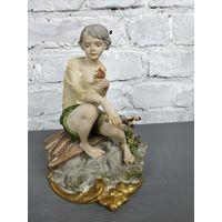 Статуэтка юноша с рогаткой фарфоровая статуэтка мальчик Capodimonte Италия Бисквит Роспись