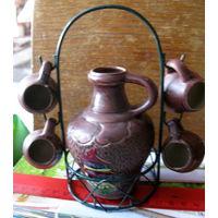 Маленький керамический кувшинчик с висящими чашками