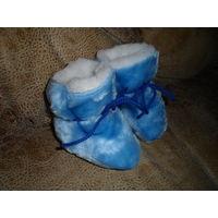 Меховые пинетки + в подарок тканевые сандалики примерно до 6 месяцев, находятся на ул. Левкова.