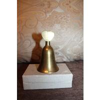 Винтажный, латунный колокольчик с ручкой в виде сердца, высота 10 см.